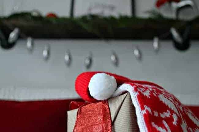A Christmas banner made with old lightbulbs and baker's twine is a fun and easy holiday craft. | chatfieldcourt.com