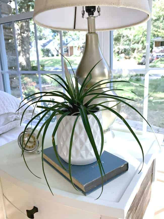 Wow! Love this easy DIY lamp makeover using spray paint to give it a whole new look.