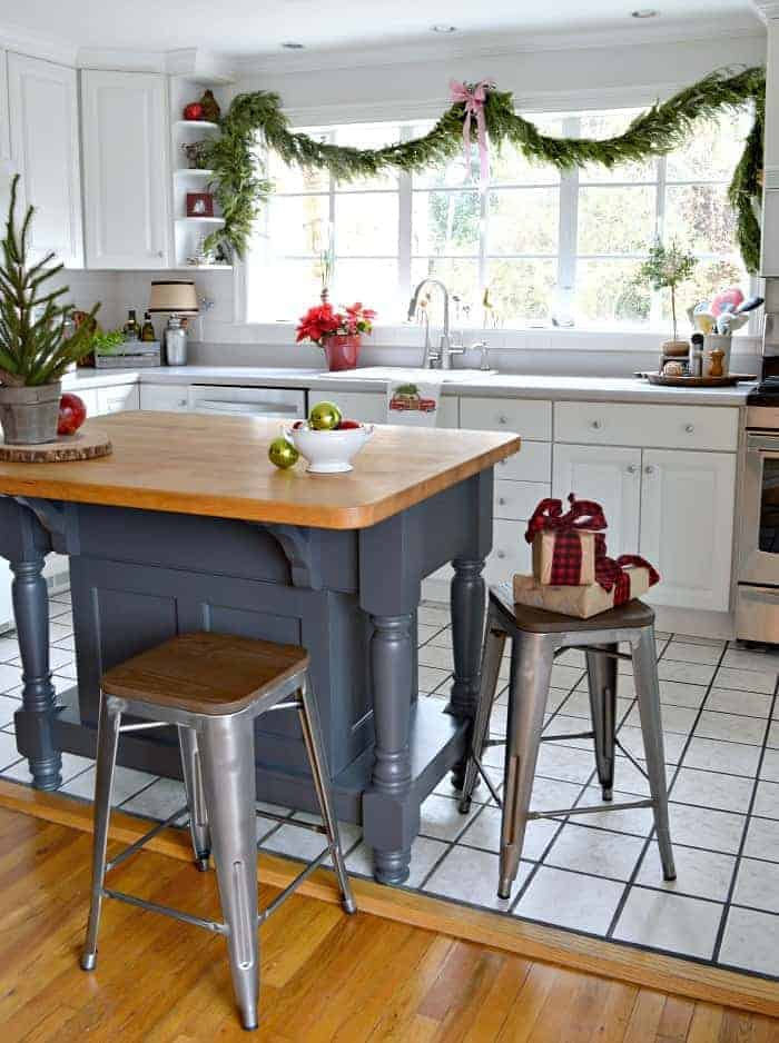 Christmas around the cottage. Our cozy cottage kitchen is all decorated for the holidays and I'm sharing it one more time before the big day. www.chatfieldcourt.com