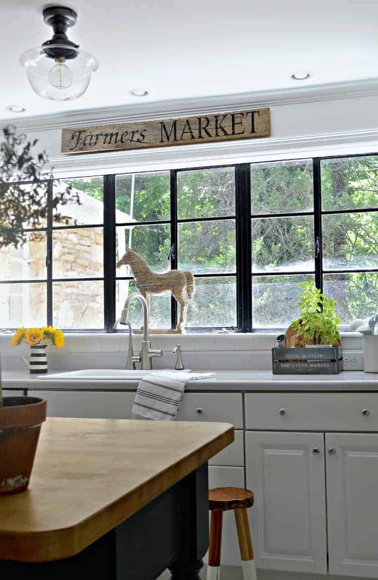 So easy! A couple of supplies are all you need to make this rustic DIY farmer's market wood sign for the kitchen or any room in your home.