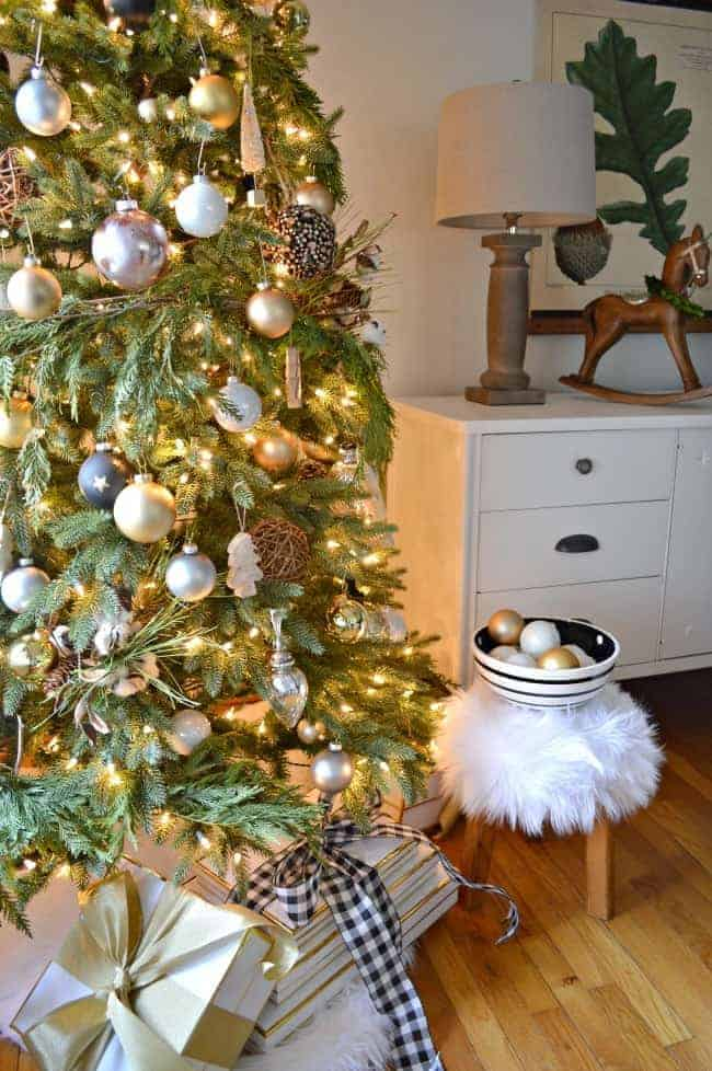 A holiday home tour with 4 blogging friends where I'm sharing our pretty Christmas dining room, decorated with simple natural elements and rustic glam touches.