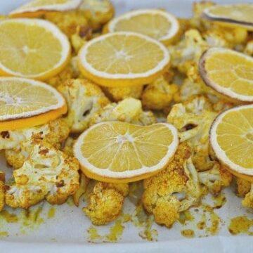 A plate cauliflower with lemon slices