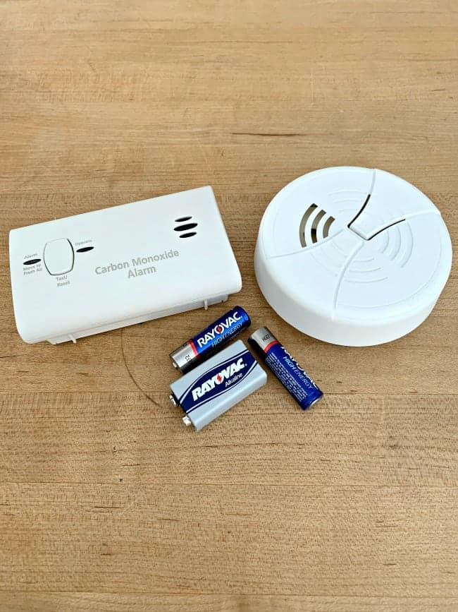carbon monoxide and smoke detectors with batteries