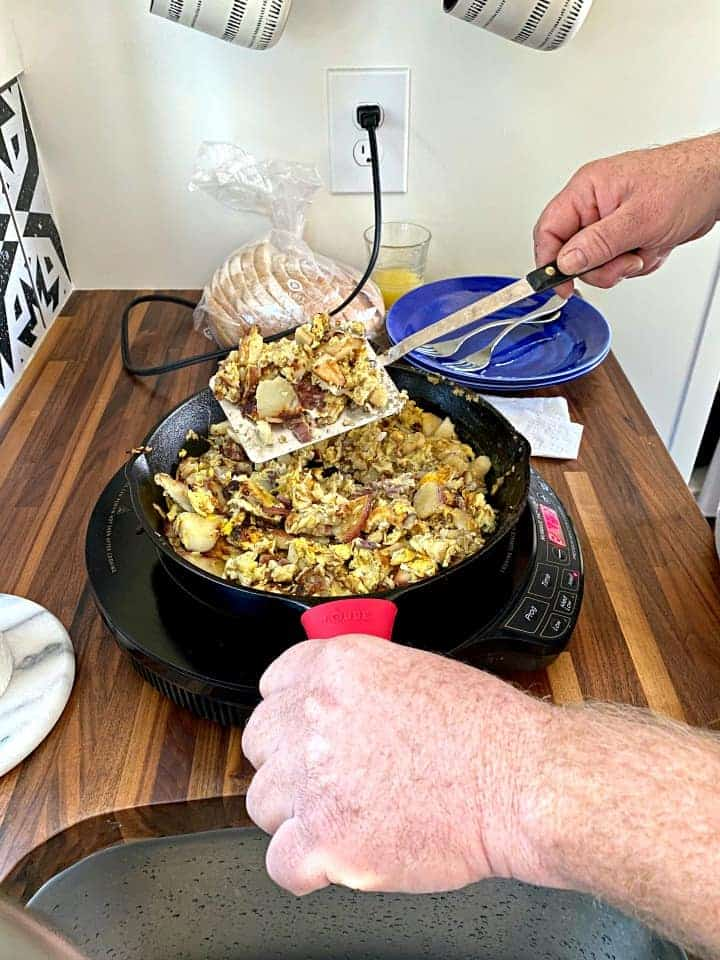 cooking eggs in cast iron pan